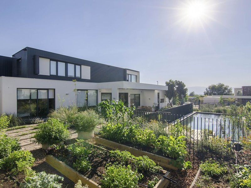 Modern House with beautiful Garden (6BR / 4BTH). 5' walk from Shopping, holiday rental in Lo Solar