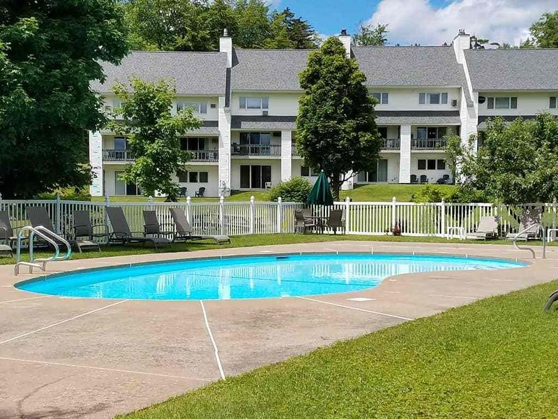 The Lodge condo at Mt. Mansfield in Stowe - Ski-in / Ski out - Pool - Tennis-A/C, holiday rental in Underhill Center