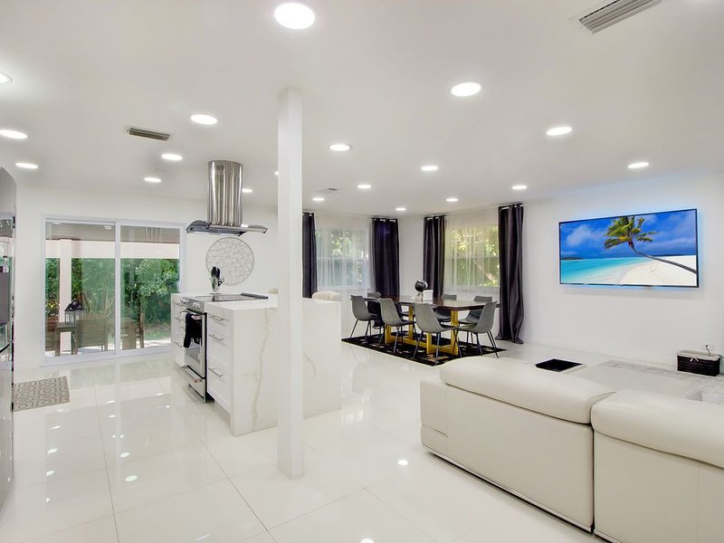 Ultra Luxurious 6BR Villa 8 Miles From South Beach, holiday rental in North Bay Village
