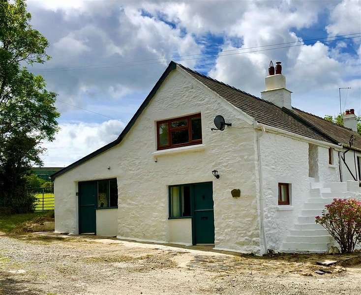 Little Barn Cottage, DINAS CROSS, holiday rental in Dinas Cross