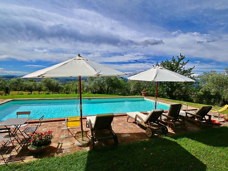 Farmhouse in Todi with Pool, Terrace, Garden, Deckchairs, holiday rental in Loreto