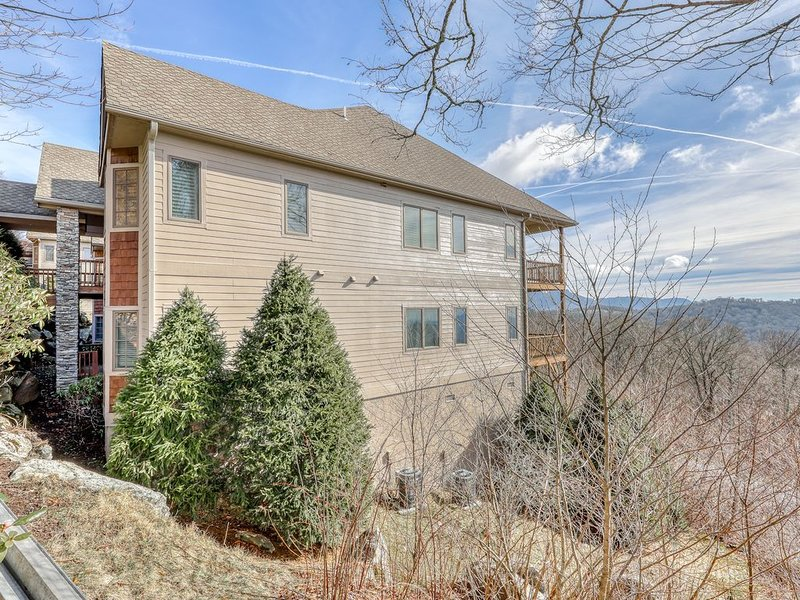 Lovely condo with fireplace and sweeping mountain views, holiday rental in Sugar Mountain