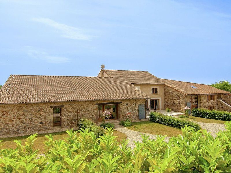 Magnificent property with two heated pools near a beautiful golf course., location de vacances à Roussines