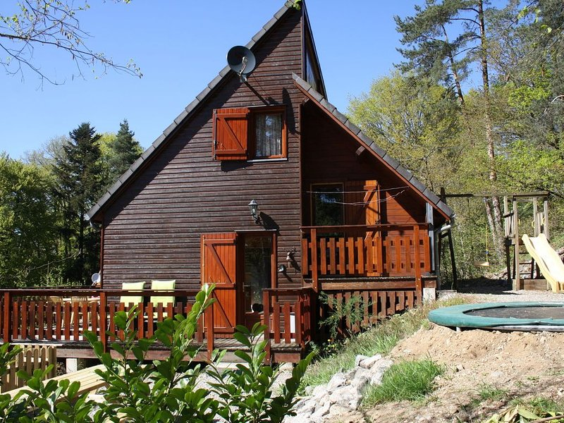Tasteful chalet with above-ground pool near a lake with sand beach, holiday rental in Margerides