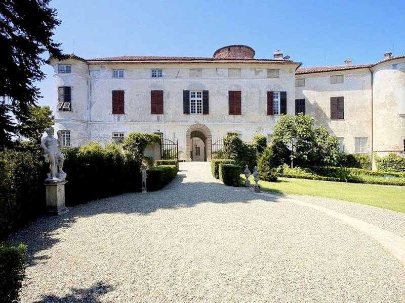 Luxurious Apartment in Rocca Grimalda with Garden, location de vacances à Montaldeo