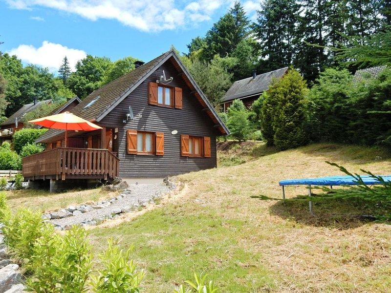 Peaceful Chalet in Beaulieu with Whirlpool and Terrace, holiday rental in Bagnols