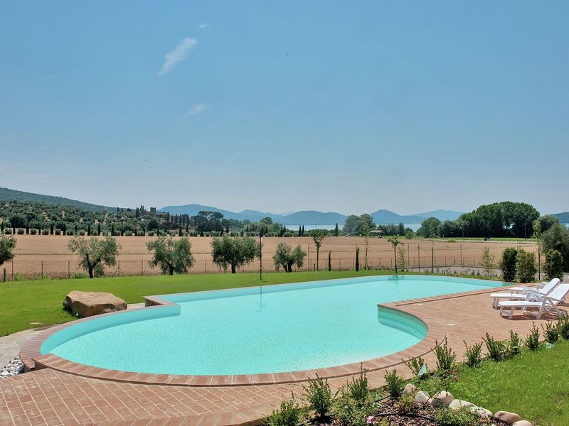 Gorgeous Mansion in Monte del Lago with Lake View, vacation rental in Torricella di Magione