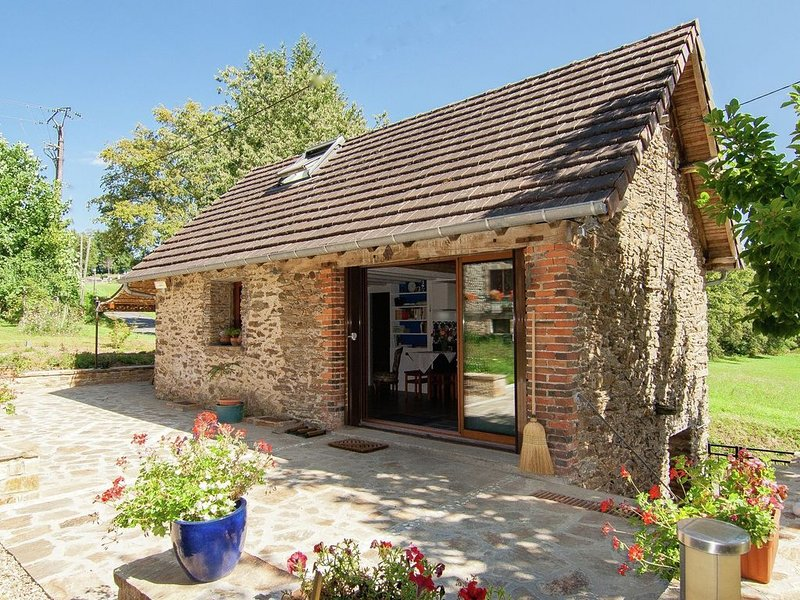 Comfortable gite in picturesque medieval village, aluguéis de temporada em Correze