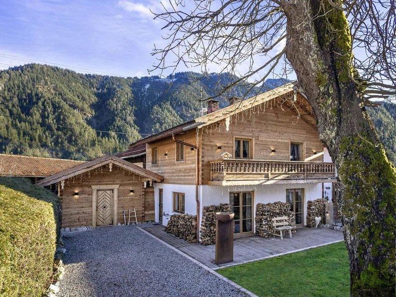 Edles Alpenchalet mit WLAN, Balkon, Terrassen, Whirlpool, Sauna und Bergblick; P, vacation rental in Bad Aibling