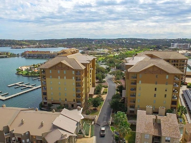 Gorgeous Waterfront Condo Next to HSB Resort, alquiler de vacaciones en Horseshoe Bay