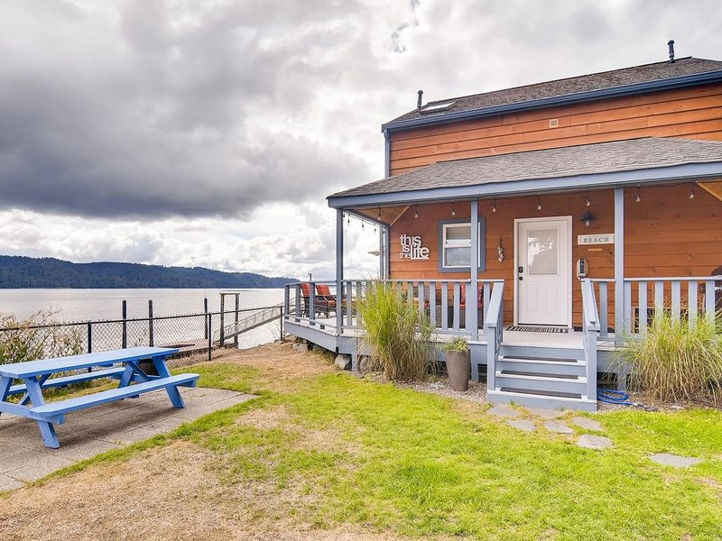 The Giggle Fish~Beachfront- Pet Friendly Hood Canal Getaway, vacation rental in Hoodsport