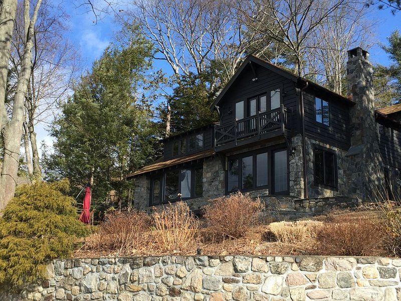 Amazing Adirondack Candlewood Lake Front Compound, location de vacances à North Salem