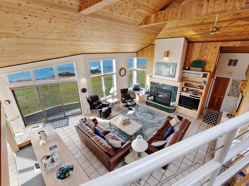 Stunning oceanfront home on the bluffs w/ hot tub & shared pools/tennis!, alquiler de vacaciones en The Sea Ranch