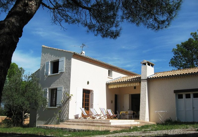 Maison et piscine privées , sur les hauteurs d'un village provençal, location de vacances à Suze-la-Rousse