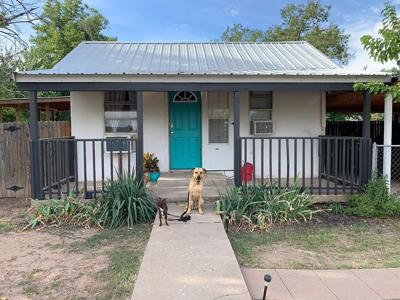 Tiny but Charming Cottage/ Cabin ('Cabbage') Near Carlsbad City Center & Caverns, casa vacanza a Carlsbad