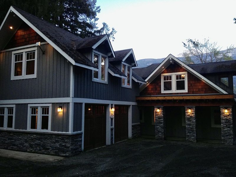 Kootenay Lake Lodge-Lakefront mountain Retreat!, aluguéis de temporada em Kaslo