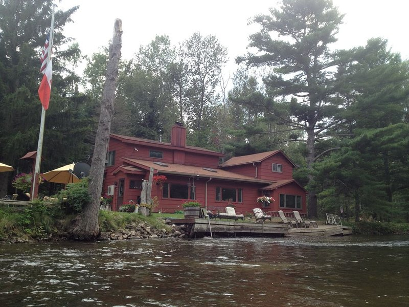 Spacious Riverfront home on the beautiful Boardman River!, alquiler de vacaciones en Grand Traverse County