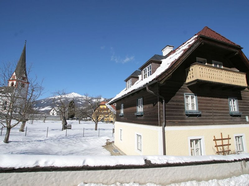 Splendid Chalet with Garden, BBQ, Balcony, Heating, Parking, location de vacances à Innerkrems