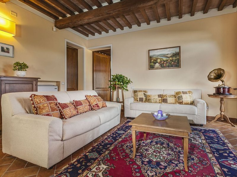 Villa Margarita , A Lovely Setting with six Bedrooms and six bathrooms, holiday rental in Castiglion Fiorentino
