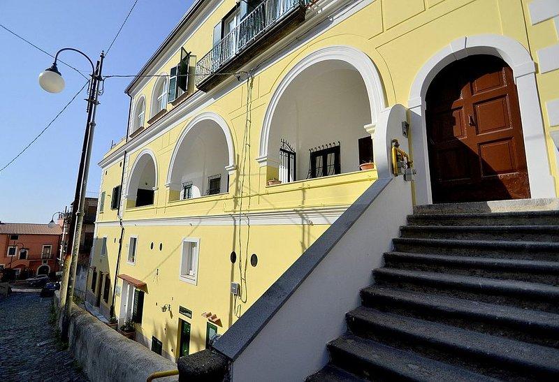 Casa Algia: Un caratteristico e accogliente appartamento situato a breve distanz, holiday rental in Vietri sul Mare