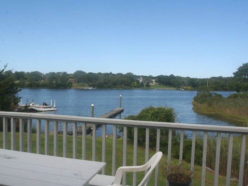 Tranquil Waterfront home with dock on Potters Pond, holiday rental in West Kingston