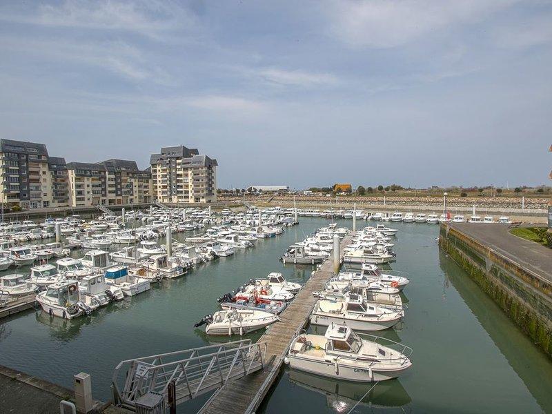 Vue port de plaisance et mer, appartement moderne et fonctionnel, holiday rental in Reviers