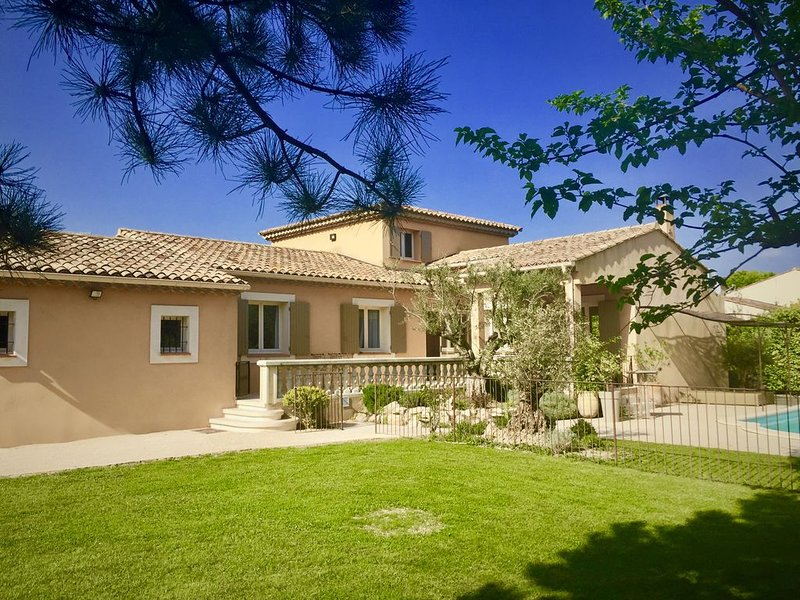 villa avec piscine entre avignon et st rémy de provence jardin arboré, holiday rental in Noves