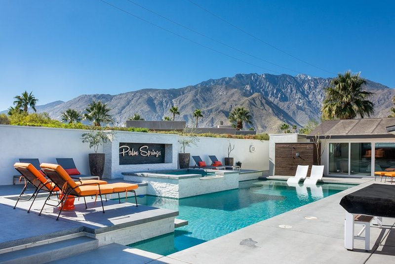 Pool Table, Mini Golf, Outdoor Soaking Tub & Shower, Outdoor TV and Swinging Bed, alquiler de vacaciones en Palm Springs