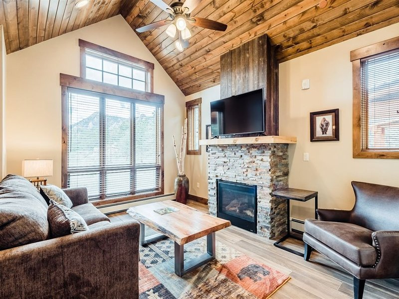 King suite with Rocky Mountain Views, Fireplace, and Deck, vacation rental in Estes Park