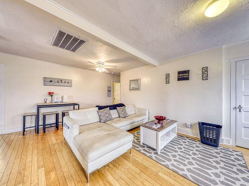Quaint upstairs apartment home, near downtown Fredericksburg!, vacation rental in Fredericksburg