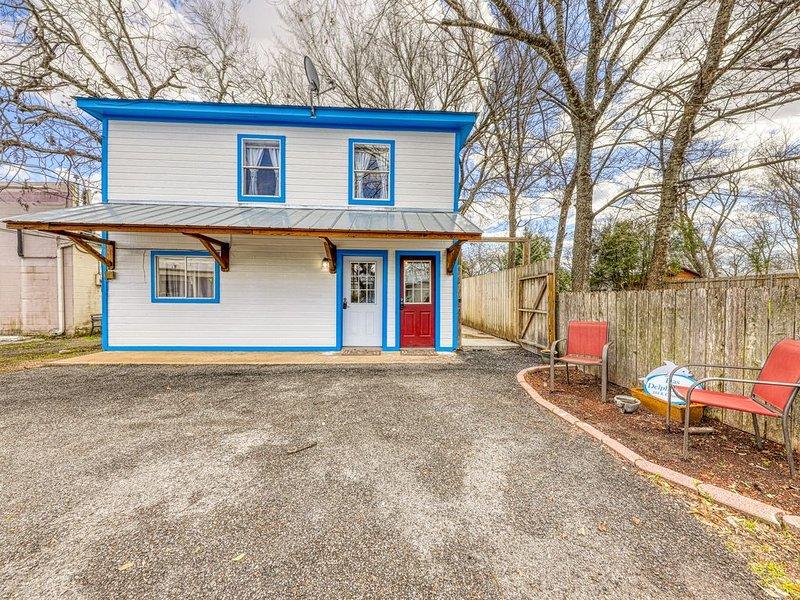 Adorable first floor dwelling near Main Street w/ full kitchen & free WiFi!, vacation rental in Fredericksburg