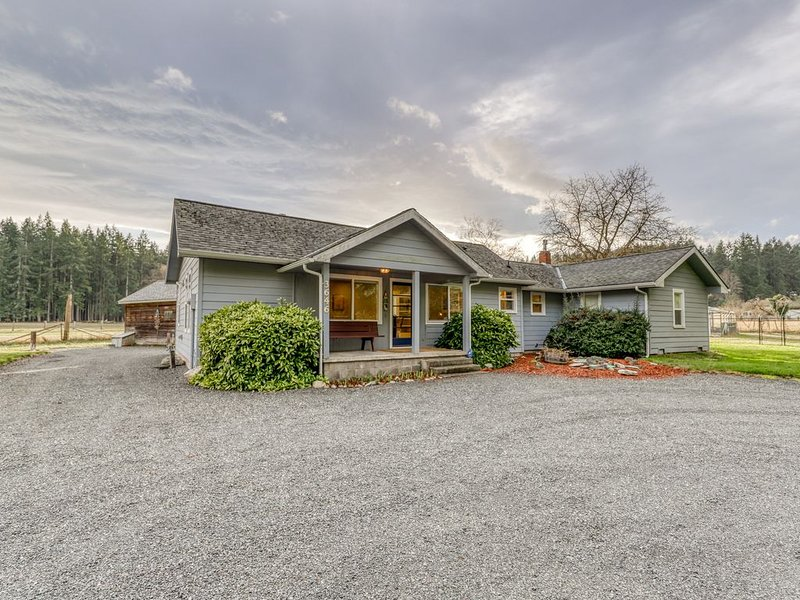 New listing! Charming family farmhouse w/ full kitchen & WiFi - dogs OK!, casa vacanza a Langley