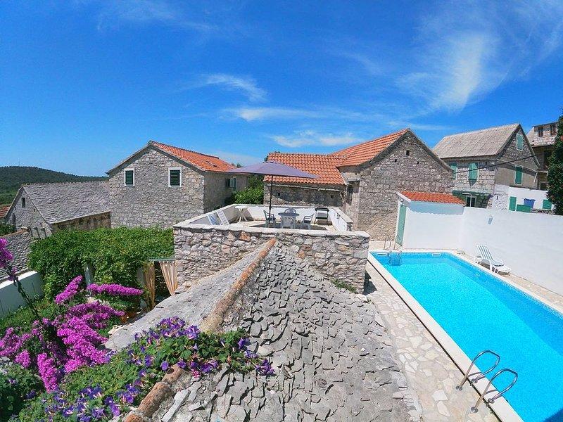 Grohote: Maison villageoise de caractère avec piscine, aluguéis de temporada em Grohote