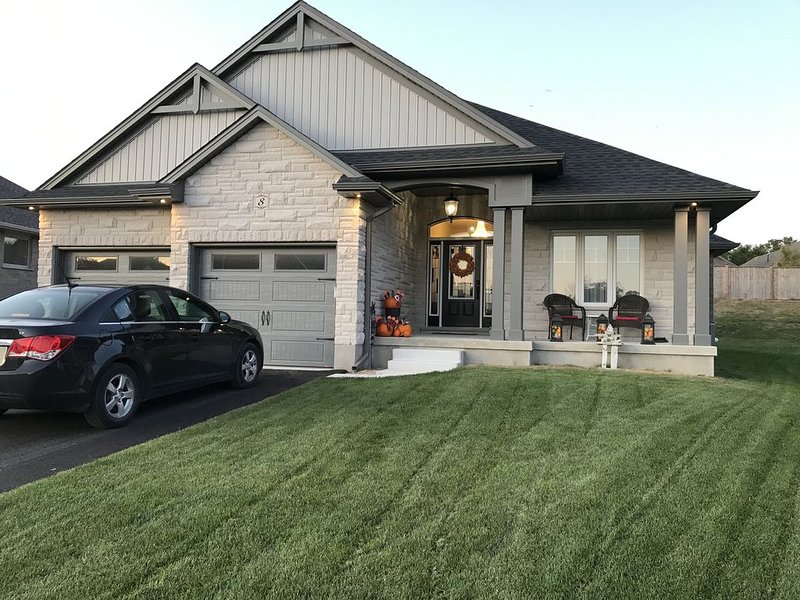 Executive Home  - Luxury Bedrooms - close to beaches, holiday rental in Port Stanley