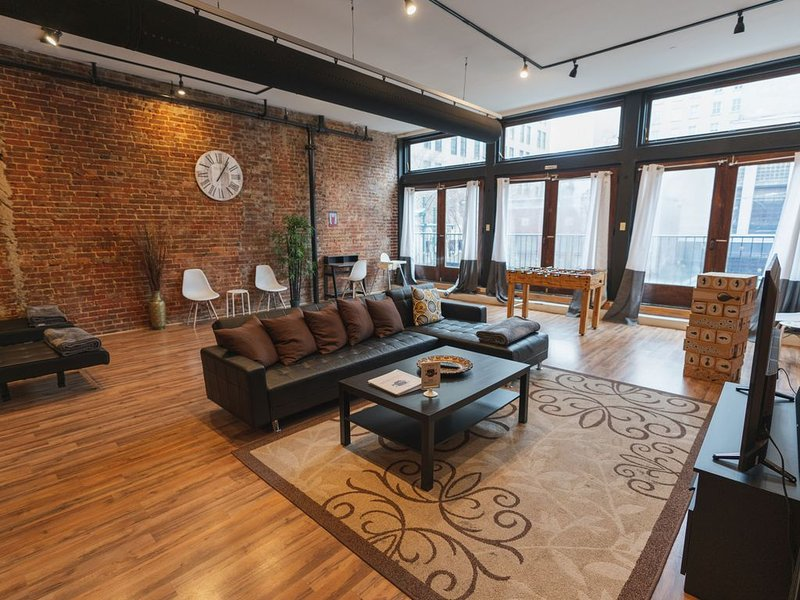 Trendy loft on S Main street, Very near Beale Fedex forum and 1 block to River, vacation rental in Memphis