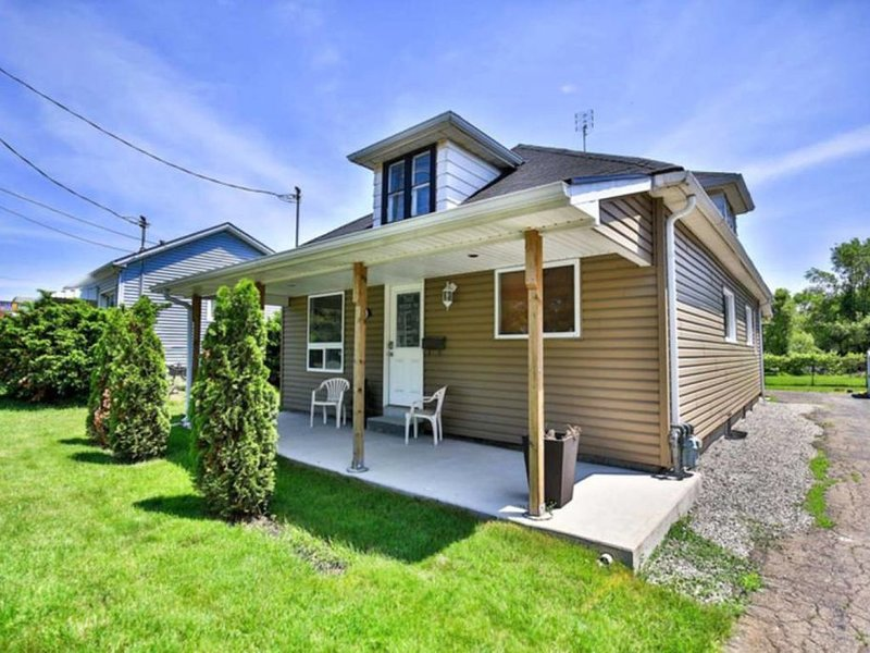 Urban Comfort (Niagara Falls is minutes away), holiday rental in Thorold