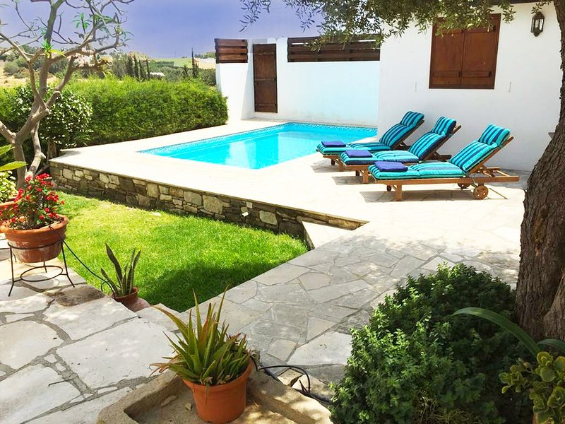 Traditional Character House in unspoilt Cyprus village, sea views, private pool, alquiler vacacional en Zygi