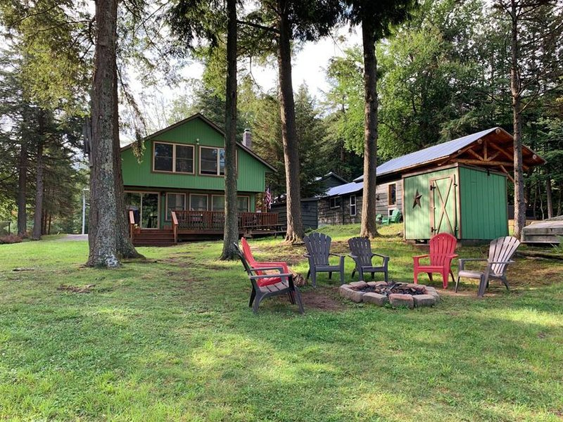 Old Forge Lakefront Cottage with 5 Bedrooms and 2 Baths (Sleeps 10)! – semesterbostad i Thendara
