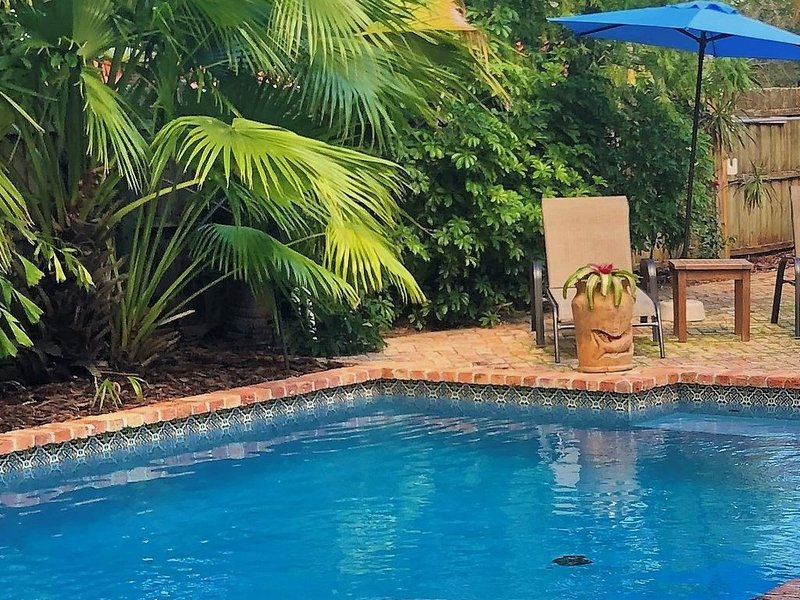 Charming coastal inspired home with large heated pool and tropical backyard, alquiler de vacaciones en Fort Lauderdale