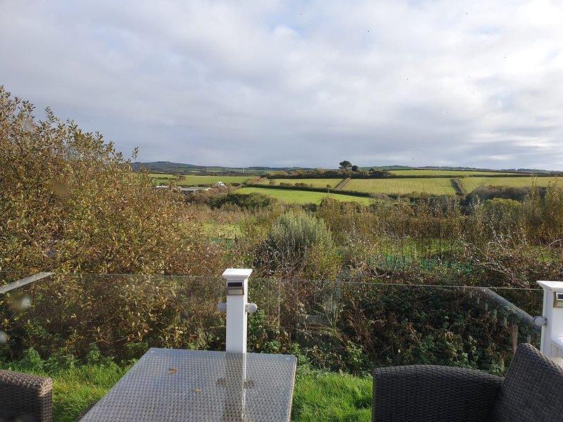 Private caravan on  large plot with beautiful views on a small, peaceful site, aluguéis de temporada em Widemouth Bay