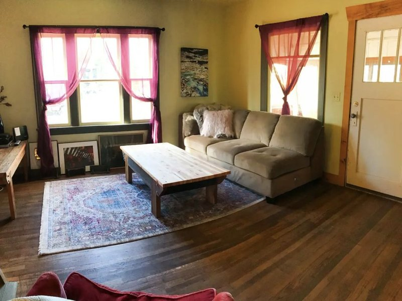 1930's Bungalow•Fenced Yard•Close to Everything!, holiday rental in Huson