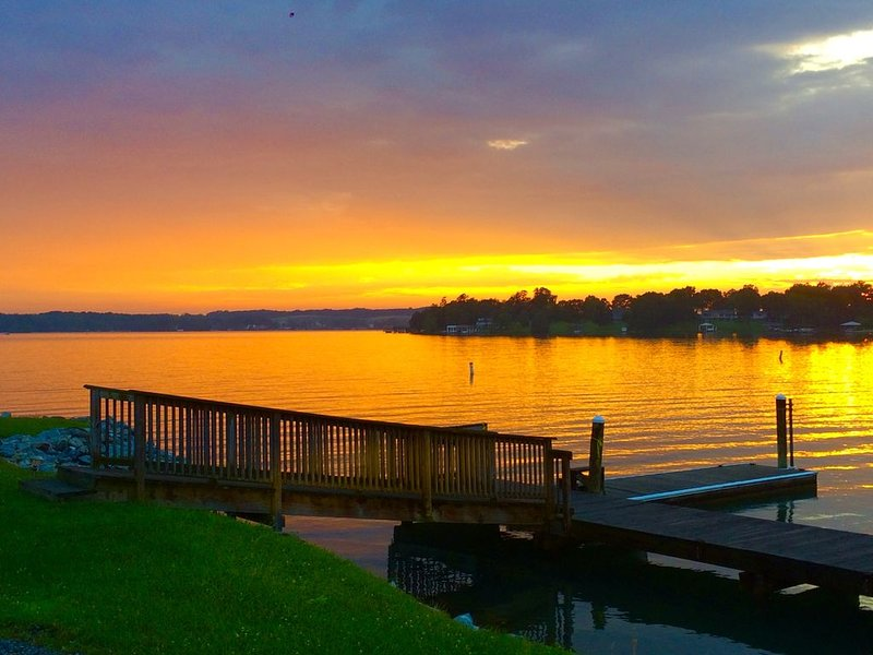 Pick Belview Bay Getaway at SML for the Gorgeous Sunset View, holiday rental in Altavista