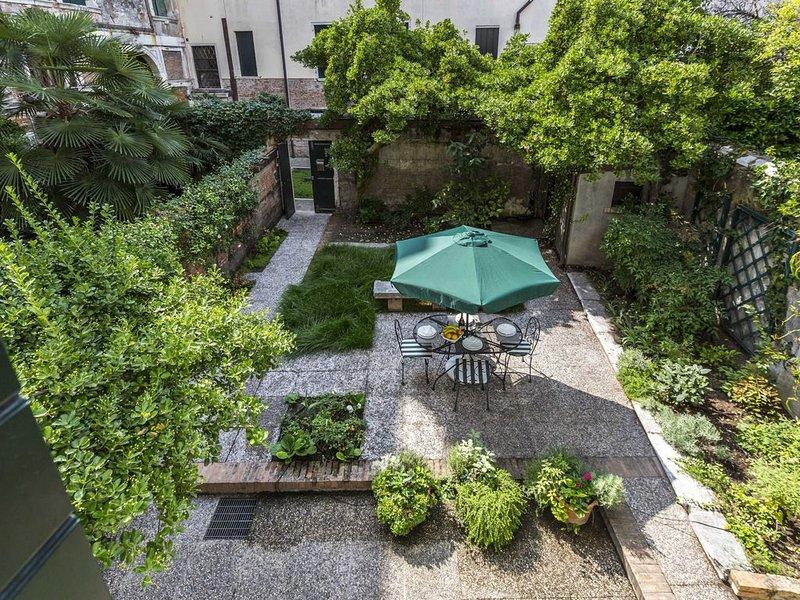 Ca' Carmini with Private Garden, holiday rental in San Nicolo