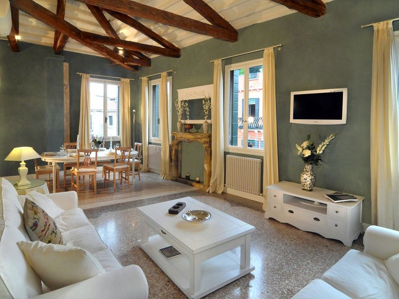 Ca' Dell'Artista with Balcony and Terrace, holiday rental in San Nicolo
