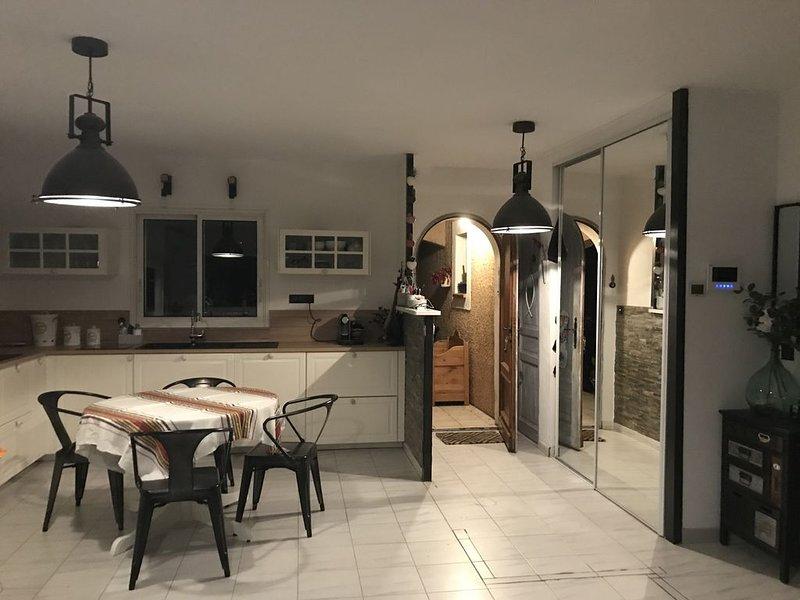 Maison avec jacuzzi couvert pour 6 personnes, holiday rental in Saint-Clement-de-Riviere
