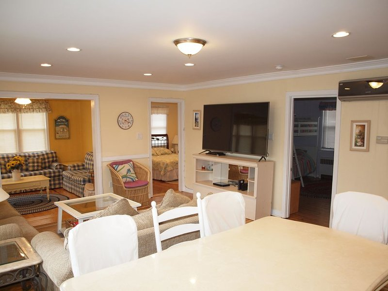 3 Bed/ 2 Bath Corner Condo. Spacious, One Block from Beach, aluguéis de temporada em Ocean City