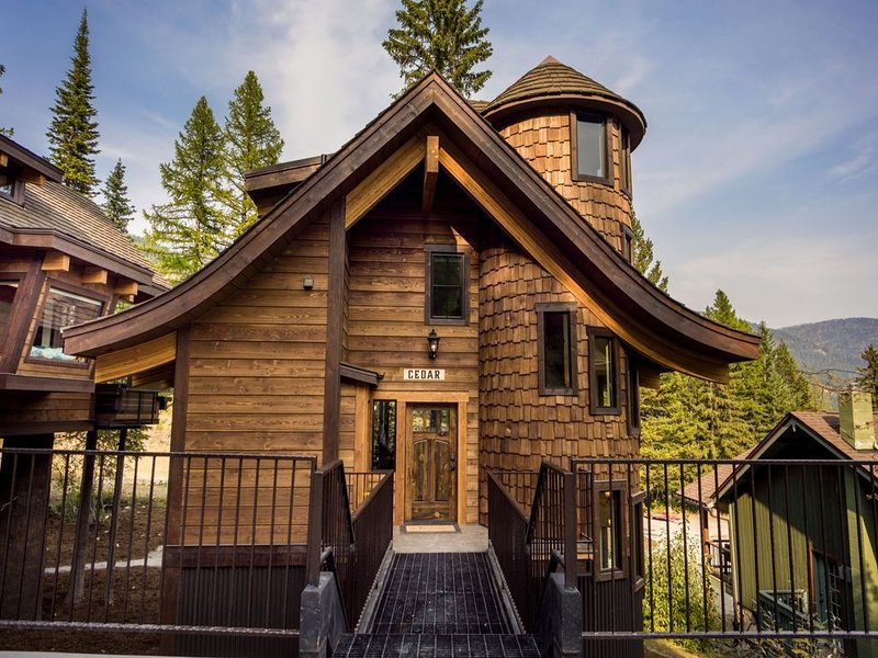 SLOPESIDE with PRIVATE Hot Tub , Sleeps 10- 4 Bath, Luxury Ski-in/Ski-out Chalet, aluguéis de temporada em Whitefish