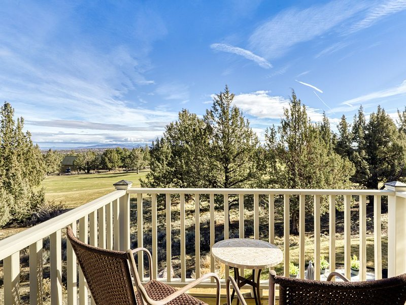 Charming home on golf course w/ shared pool, hot tub & resort amenities!, holiday rental in Crooked River Ranch