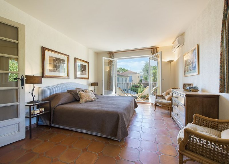 Beautiful spacious apartment in centre of village, very quiet and sunny, holiday rental in St-Jean-Cap-Ferrat