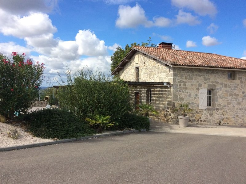 Maison en pierres avec piscine, holiday rental in Montagnac-sur-Auvignon